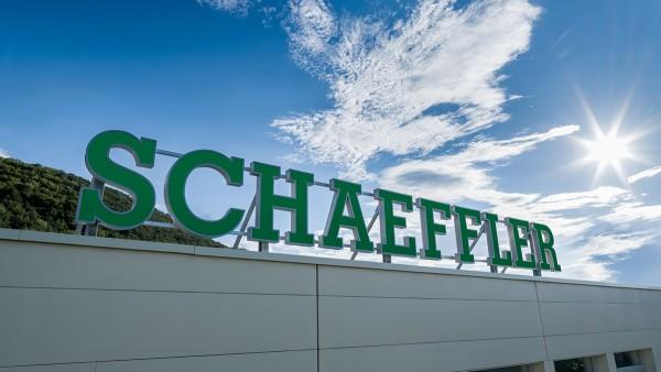 Schaeffler-Logo weithin sichtbar in Berndorf-St.Veit
