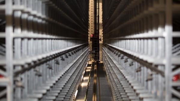 Die Hub- und Fahrantriebe der Regalbediengeräte werden permanent mit SmartCheck-Geräten überwacht.